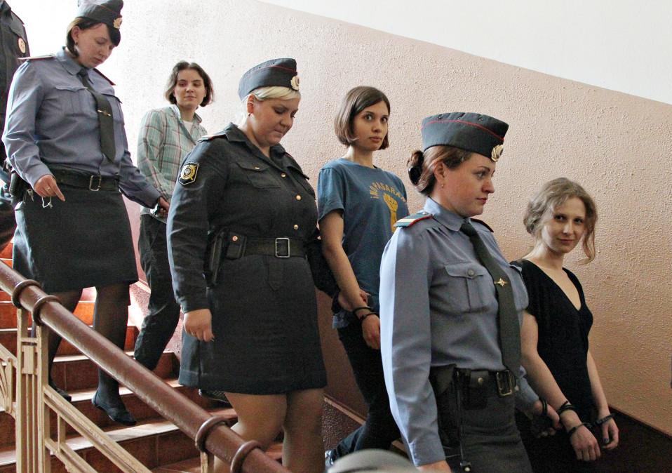 Pussy Riot -kolmikkoa vietiin oikeuden eteen Moskovassa 12. elokuuta 2012.