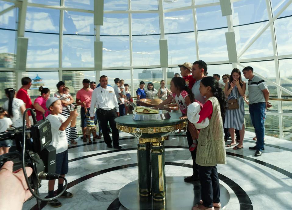 Yksi Astanan tärkeimmistä nähtävyyksistä on presidentin kultaan valettu kädenjälki.