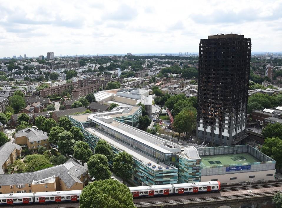 Maiseman muita taloja huomattavasti korkeampi, mustaksi hiiltynyt tornitalo.