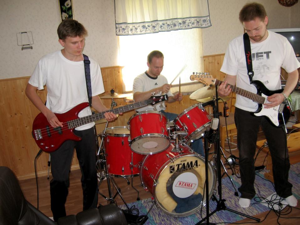 kitaristi, rumpali ja basisti