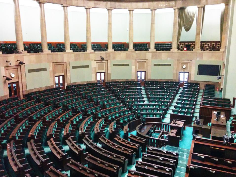 Tyhjä parlamenttisali.