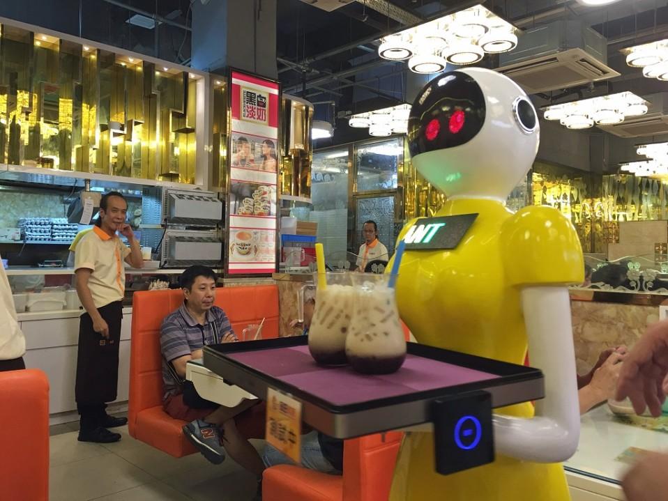 Kelta-asuinen robotti ravintolassa