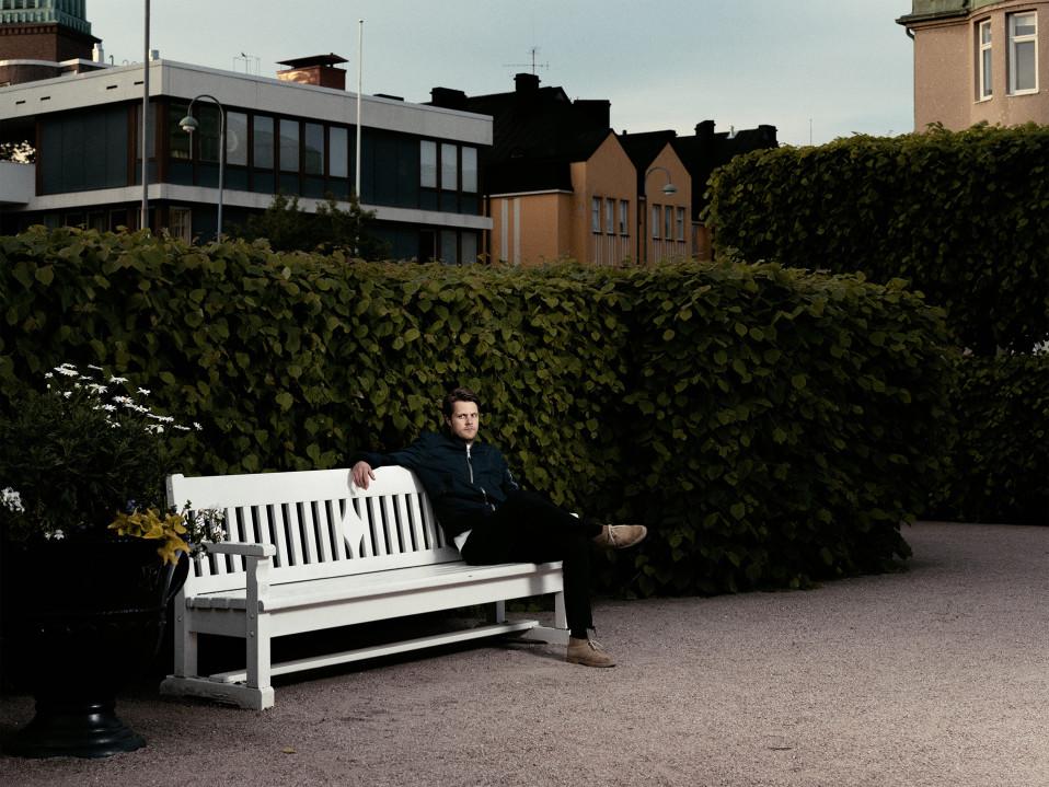 Magnus Bratten istuu puistonpenkillä.