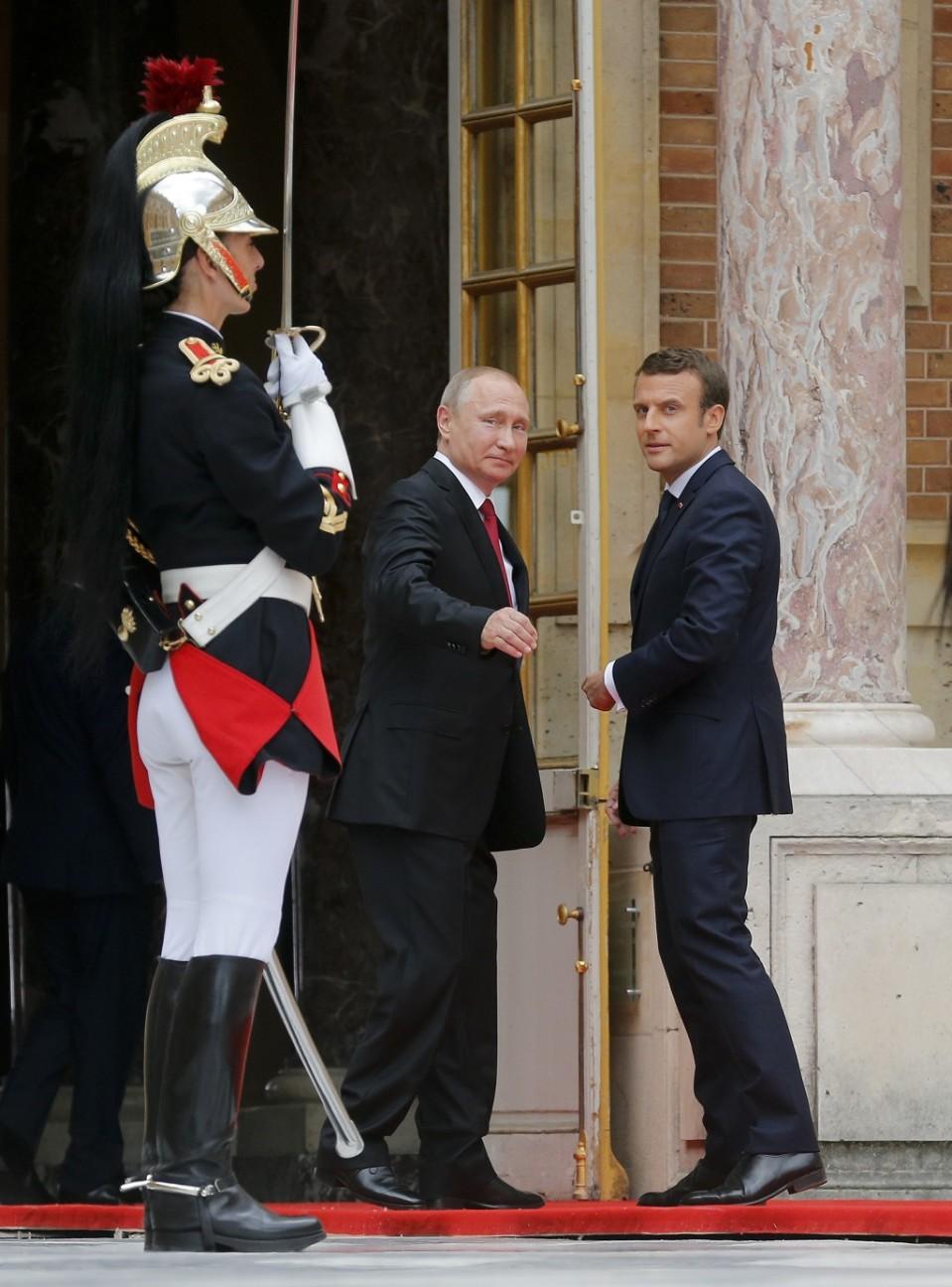 Putin ja Macron katsovat taakseen.