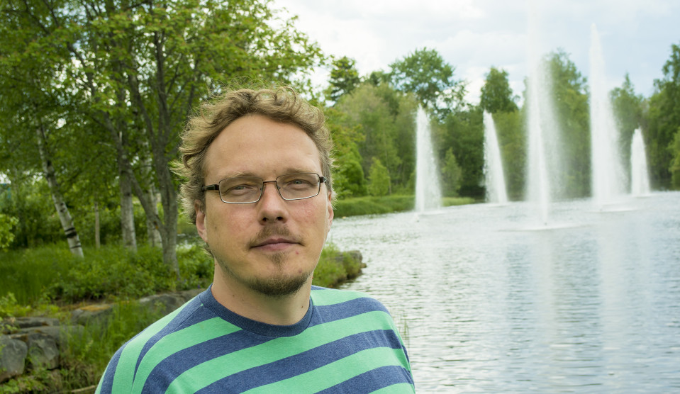 Mies seisoo puistossa.