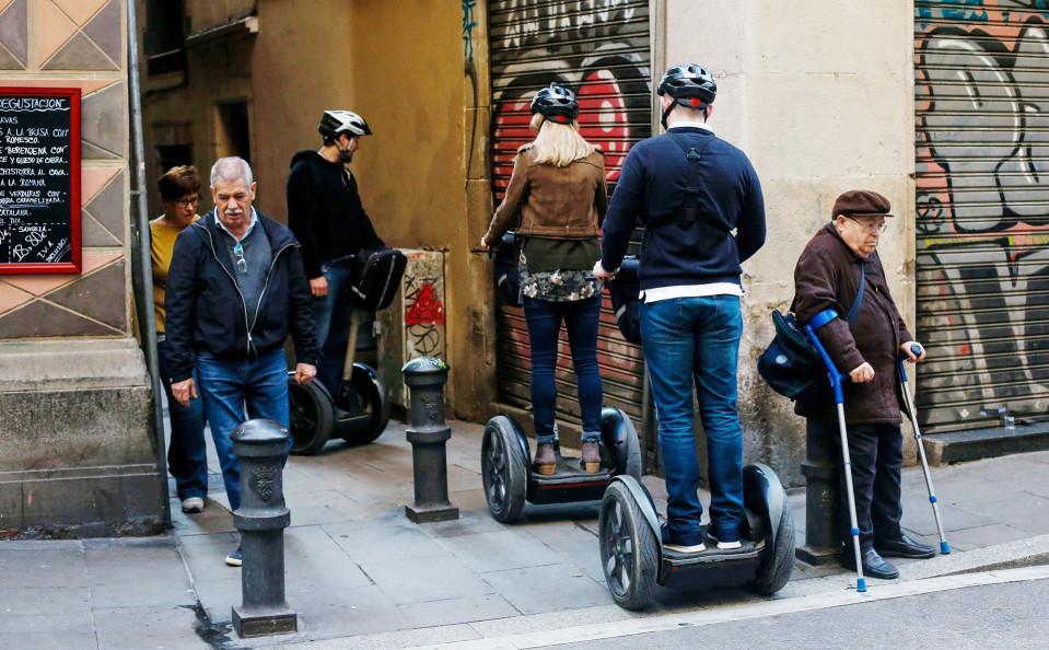 Turisteja Segway-ajelulla Barcelonassa helmikuussa.