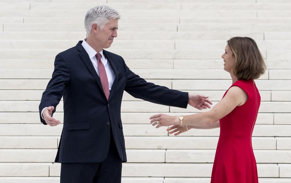 Trumpin Korkeimman oikeuden tuomariksi nimittämä Neil Gorsuch vaimonsa Louisen kanssa.