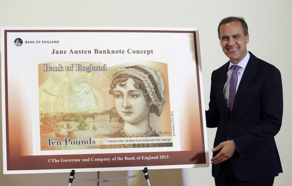 Englannin pankin edustaja seisoo suuren Jane Austen -seteliä kuvaavan taulun vieressä.