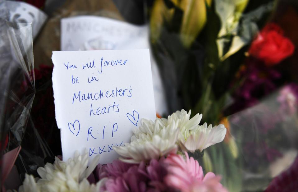 Viestejä, kukkia ja kynttilöitä uhrien muistoille.