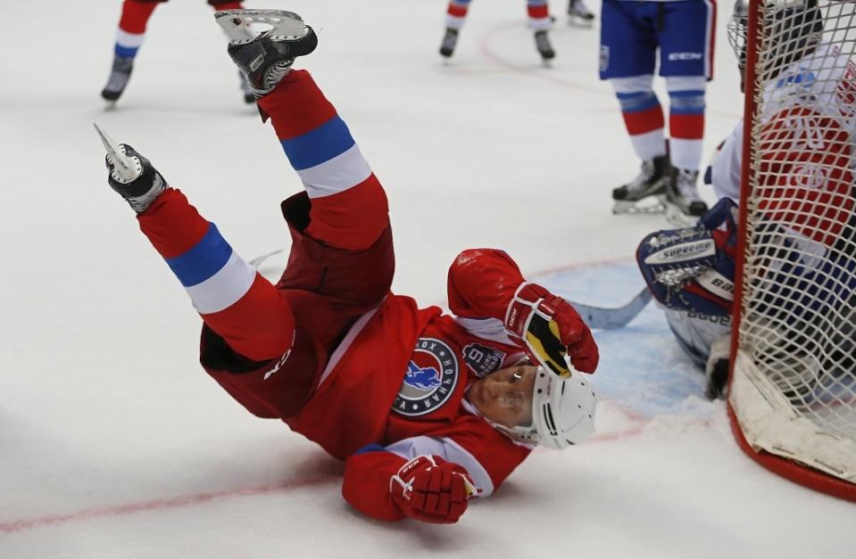 Venäjän presidentti Vladimir Putin kaatui näytösottelussa ja löi päänsä.