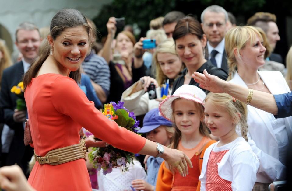 Victoria tervehtii lapsijoukkoa.