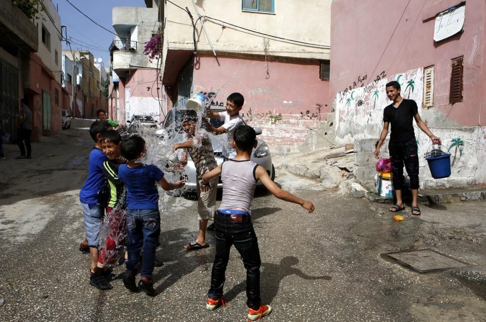 Lapsia leikkimässä kadulla