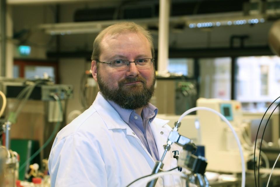 Juha-Pekka Pitkänen laboratoriolaitteiden äärellä.