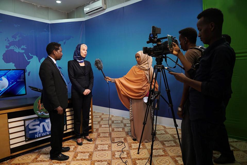 Suomen Nairobin suurlähettiläs Tarja Fernandez tutustui SNTV:n toimintaan Mogadishussa. SNTV haastetteli häntä ja Somalian informaatioministeriä.