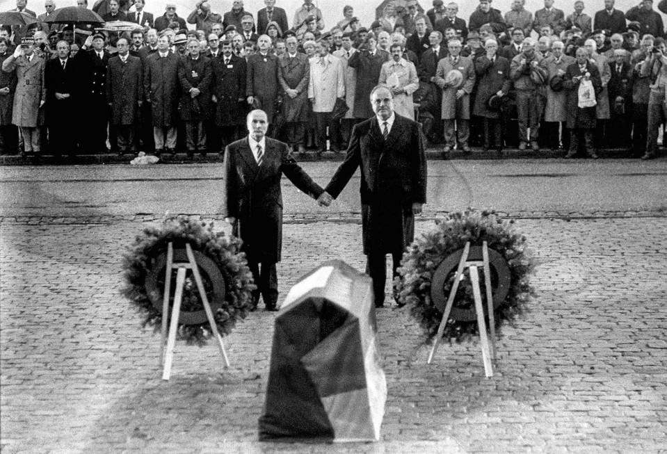 François Mitterrand ja Helmut Kohl seisoivat Verdunissa Douaumontin hautausmaalla käsi kädessä 22. syyskuuta 1984.