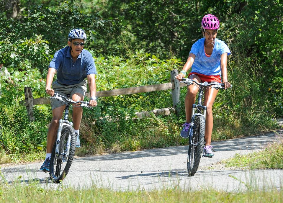 Barack Obama ja Michelle Obama pyöräilemässä Martha's Vineyardilla 2013.