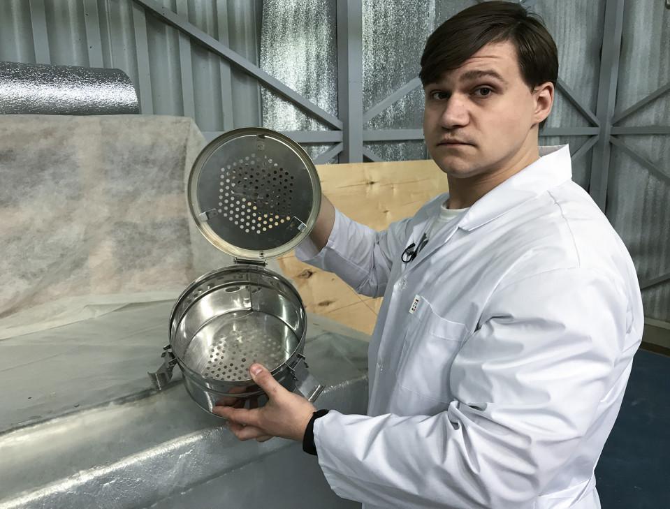 KrioRus yrityksen varajohtaja Ivan Stepin esittelee metalliastiaa, jossa syväjäädytettyjä aivoja säilytetään. Hän uskoo, että tulevaisuudessa aivojen DNA:n avulla niille voidaan kloonata uusi keho tai aivot voidaan istuttaa proteesikehoon.