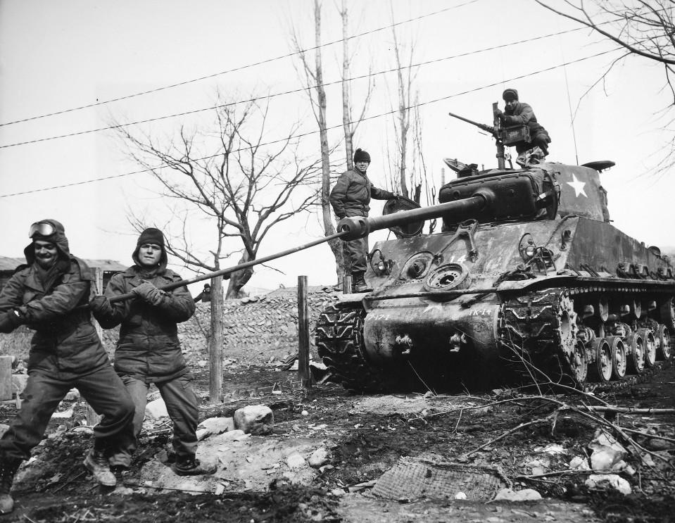 Sotilaita panssarivaunun kanssa