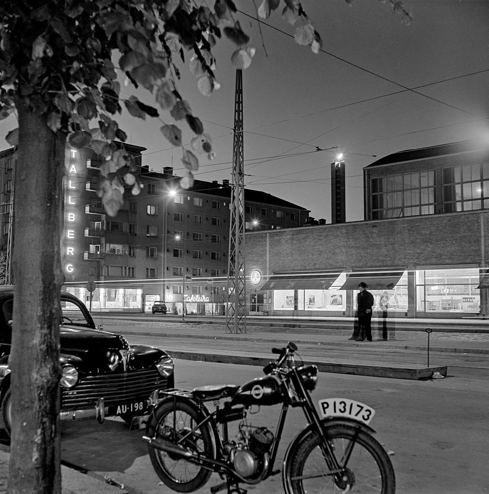 1952 . Olympiatuli Stadionin tornissa, etualalla Messuhalli Mannerheimintien ja Toivonkadun kulmassa.
