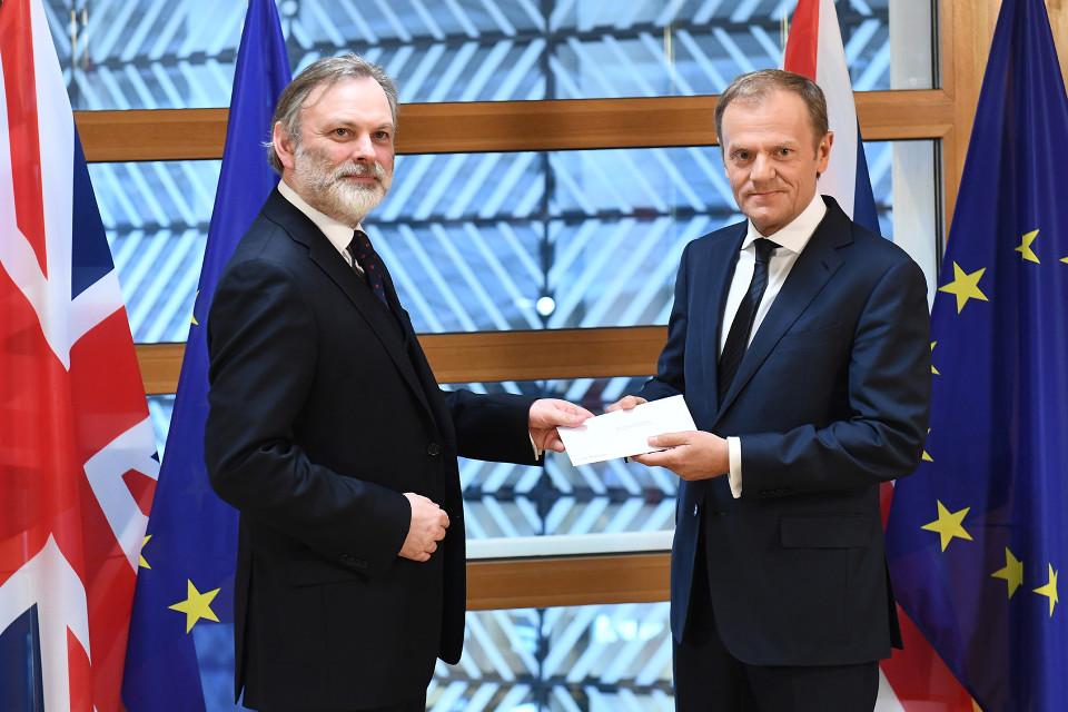 Britannian EU-edustaja Tim Barrow ojensi hetki sitten maansa erokirjeen Euroopan neuvoston puheenjohtajalle Donald Tuskille
