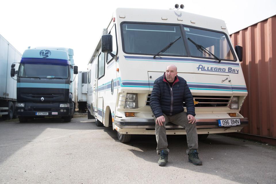 PekkaPekka Granlundin kuljetusliikkeessä rekat seisovat varikolla, koska taantuma on vienyt töitä.