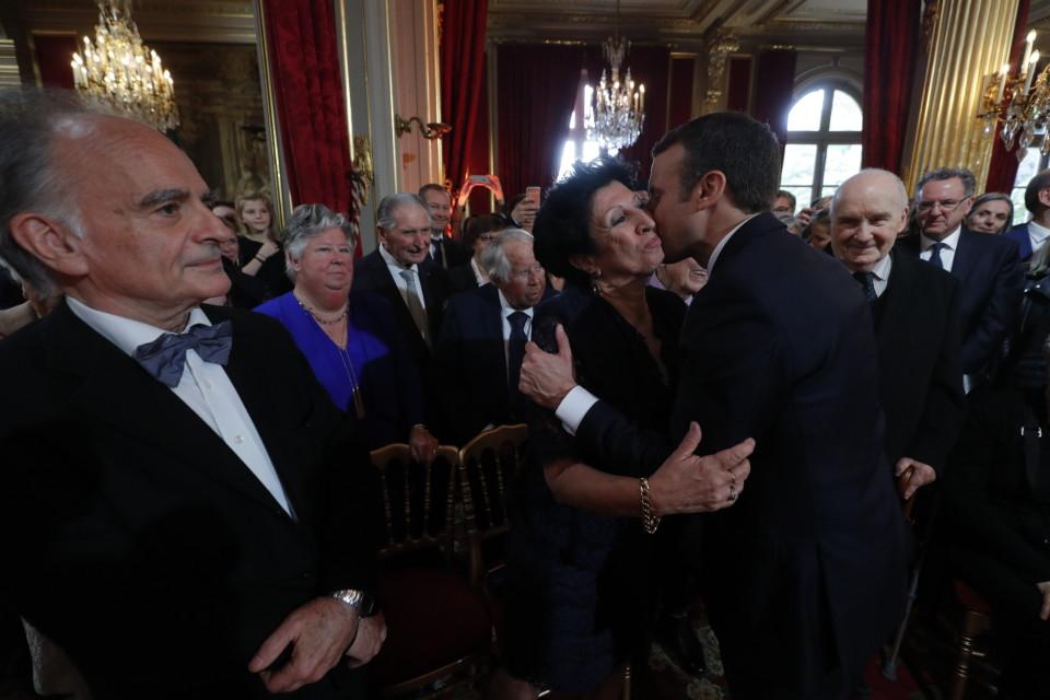 Macron syleilee äitiään.