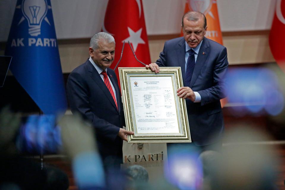 Erdogan pitelee kehystettyä asiakirjaa.