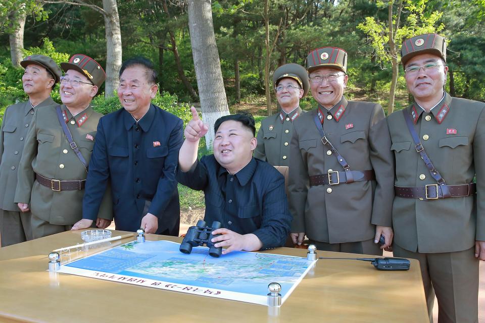 Kim Jong-un ja sotilaita.