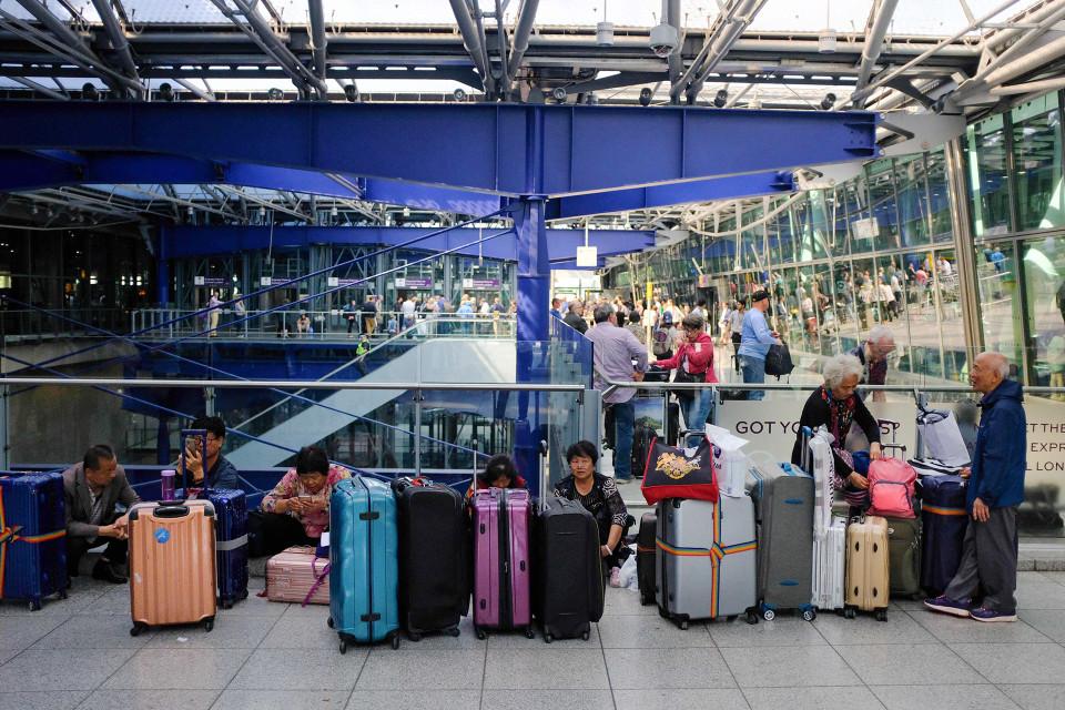 Matkustajat odottelevat lentokentällä.