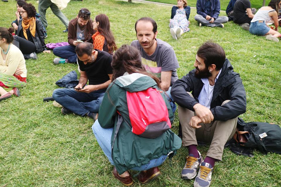 Katuakateemikot-järjestö järjestää ilmaisia luentoja. Järjestön luennoitsijat ovat irtisanottuja yliopiston työntekijöitä. Luentoa pitävä Can Irmak Özinanır sai potkut rauhanvetoomuksen takia.