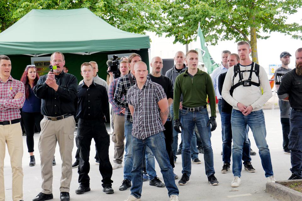 Ruotsalaiset uusnatsit seuraavat moniarvoisuusmarssia Visbyssä.