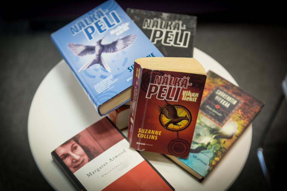 Nälkäpeli- ja muita kirjoja pöydällä.