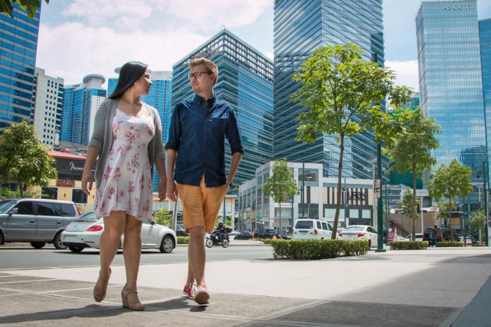 Pariskunta kävelee Manilassa pilvenpiirtäjien lomassa. Juho-Erik Kolehmainen ja hänen tyttöystävänsä Kate luovat molemmat uraa Manilassa. Kesälomia he ovat viettäneet Suomessa, Juhon vanhempien luona Siilinjärvellä.