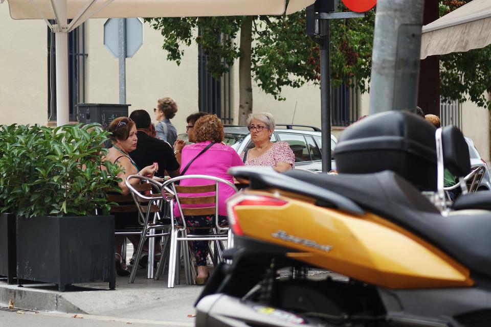 Espanjalaisrouvia kahvilla Can Angladan alueella Barcelonassa.