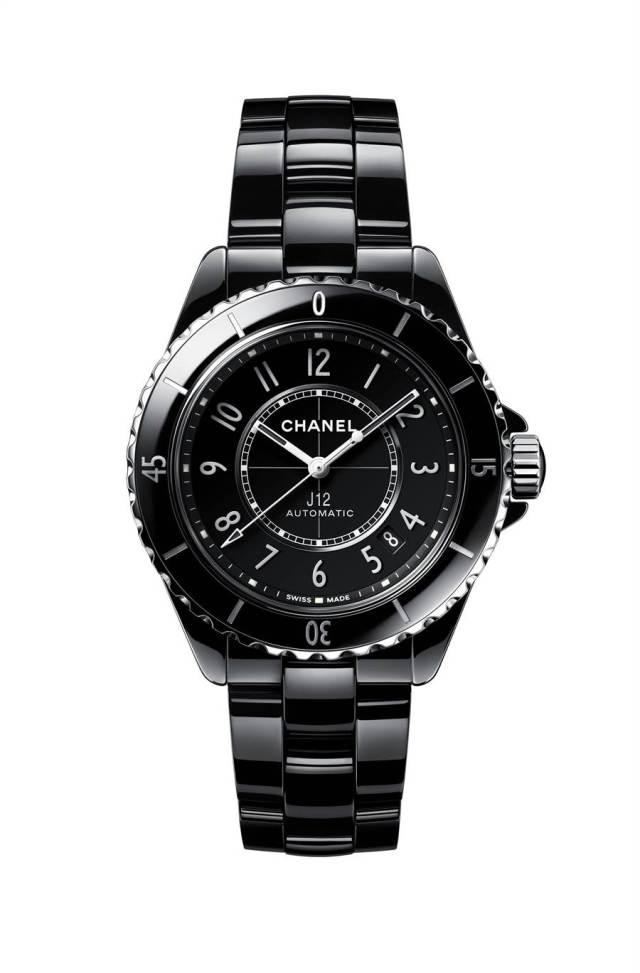 香奈兒J12黑色精密陶瓷腕表,18萬5000元。(CHANEL提供)