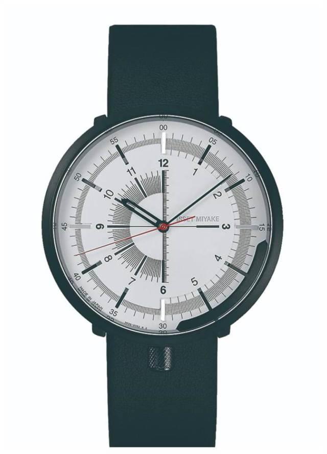 ISSEY MIYAKE「1/6」腕表,將表冠移到6點鐘方向,白色表盤搭黑色皮革鍊帶,1萬8400元。(ISSEY MIYAKE提供)