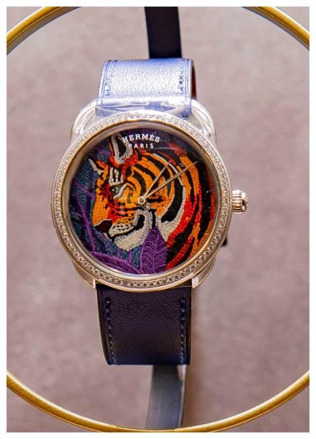 愛馬仕在腕表融入皮革馬賽克拼貼的獨家工藝,小小表盤上有4千片皮革拼成老虎圖騰,令人嘆為觀止。(HERMES提供)