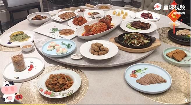 周揚青家中年夜飯菜色超級豐盛。(圖/翻攝自秒拍)