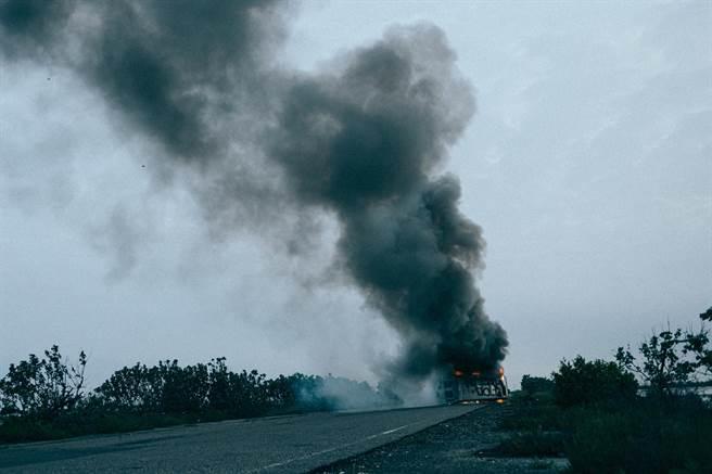 電影開頭的巴士翻覆爆炸場面,45秒就燒掉百萬。(牽猴子提供)