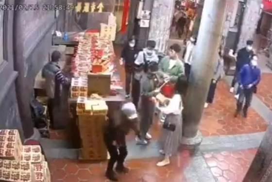 那个女人去了鹿港天后宫进行破坏活动,扔了香,放下了金纸,这使人们怀疑她为什么要在众神面前这样做。  (公众提供/吴敏静彰化传真)