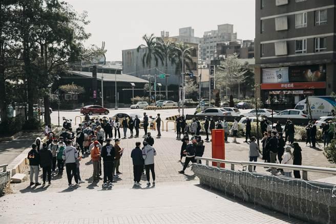 無據現場寒風,新竹縣立體育館外仍吸引超過200名球迷前來領取紅包。(攻城獅提供)
