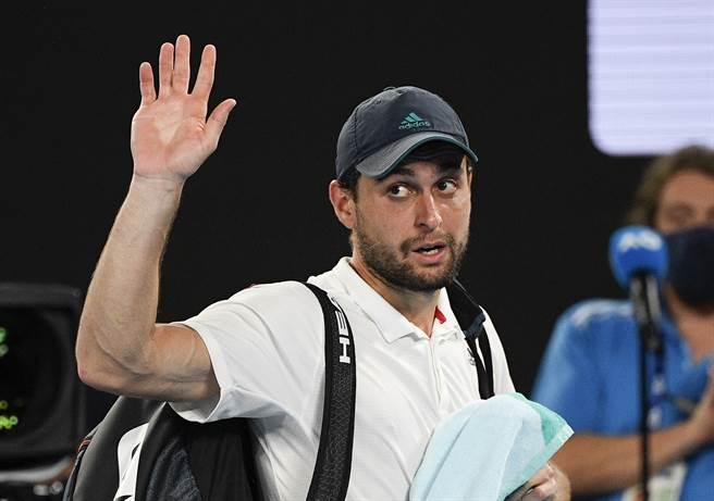 克拉特塞夫結束澳網驚奇之旅,揮手向觀眾致意。(美聯社)