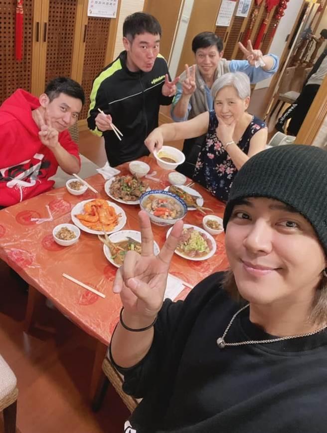 羅志祥過年回家吃媽媽煮的團圓飯。(圖/翻攝自臉書)