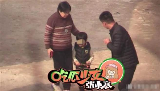 小海綿被拍到現身片場探班媽媽Baby,笑起來的模樣像極了黃曉明。(取自搜狐娛樂)