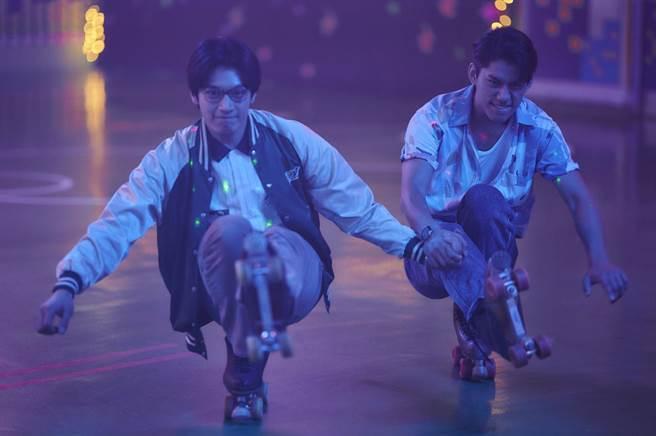 宋柏緯(左)、朱軒洋劇中去冰宮溜冰。(公視提供)