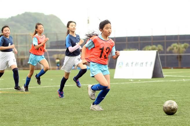 深澳國小預賽4戰全勝拿下基隆區預賽女子組冠軍。(迷你足球協會提供)