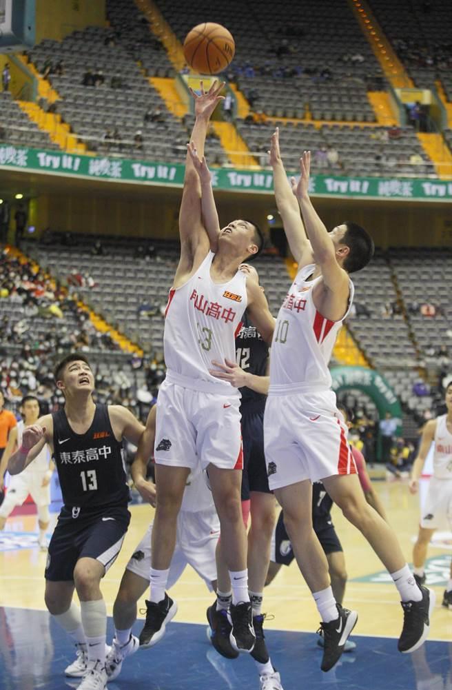 南山吳志鍇(前中)今天貢獻17分、15籃板。(張鎧乙攝)