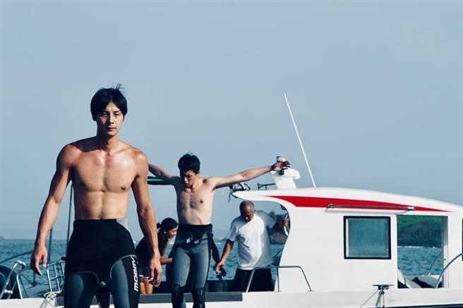 鄭凱(左起)和柯鑑育在開拍前到澎湖實地海訓。(摘自臉書)