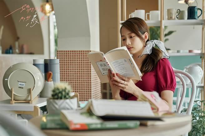簡嫚書飾演「林美季」善於交際,在感情中也勇敢追愛。(可米傳媒提供)