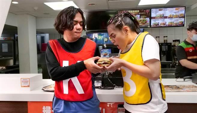 吱吱(右)與喬瑟夫搶食物。(漢堡王提供)